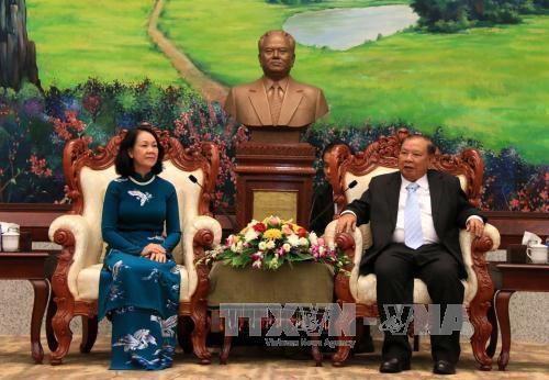 老挝人民革命党中央总书记、国家主席本扬·沃拉吉会见越共高级代表团 hinh anh 1