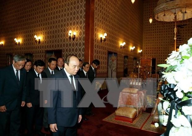 越南政府总理阮春福凭吊泰国国王 hinh anh 1