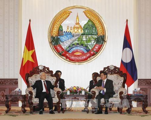 越共中央总书记阮富仲会见老挝总理通伦·西苏里 hinh anh 1