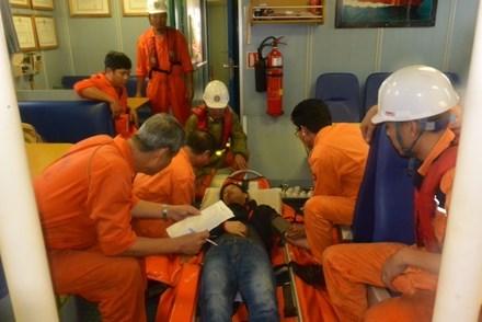 紧急将海上遇险外国船员送往陆地医院接受治疗 hinh anh 1