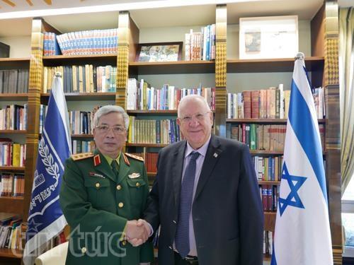 越南国防部副部长阮志咏会见以色列总统鲁文·里夫林 hinh anh 1