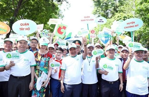 政府总理阮春福参加步行活动 呼吁全社会携手防止塑料垃圾污染 hinh anh 4