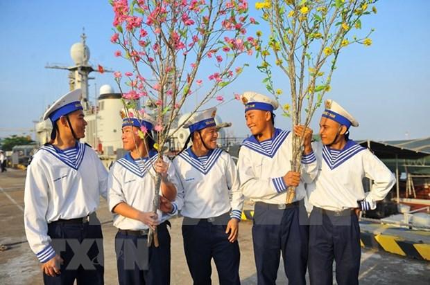 向DK 1海上高脚屋和昆岛县战士和居民送去春节温暖 hinh anh 1