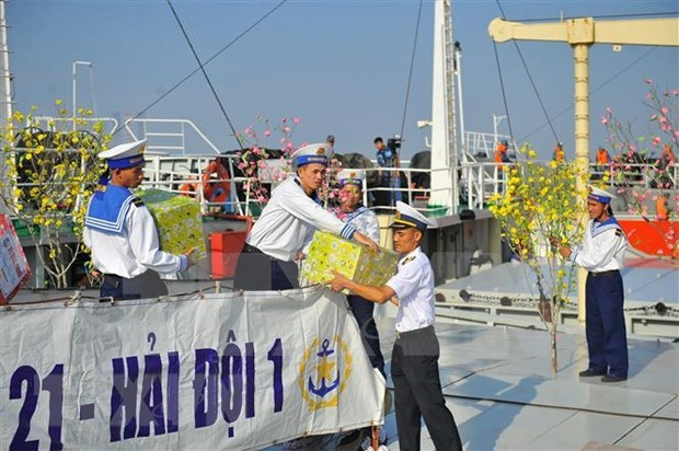 向DK 1海上高脚屋和昆岛县战士和居民送去春节温暖 hinh anh 2