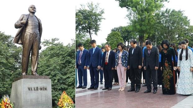 河内市领导代表团向列宁塑像敬献鲜花 hinh anh 1