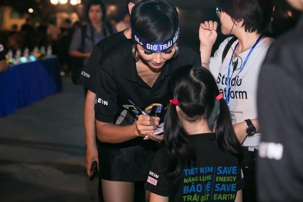 越南环球小姐赫姮尼依参与2019年地球1小时熄灯活动(组图) hinh anh 1