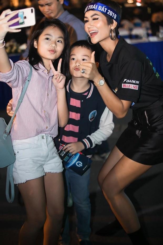 越南环球小姐赫姮尼依参与2019年地球1小时熄灯活动(组图) hinh anh 2