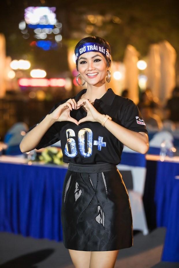 越南环球小姐赫姮尼依参与2019年地球1小时熄灯活动(组图) hinh anh 3