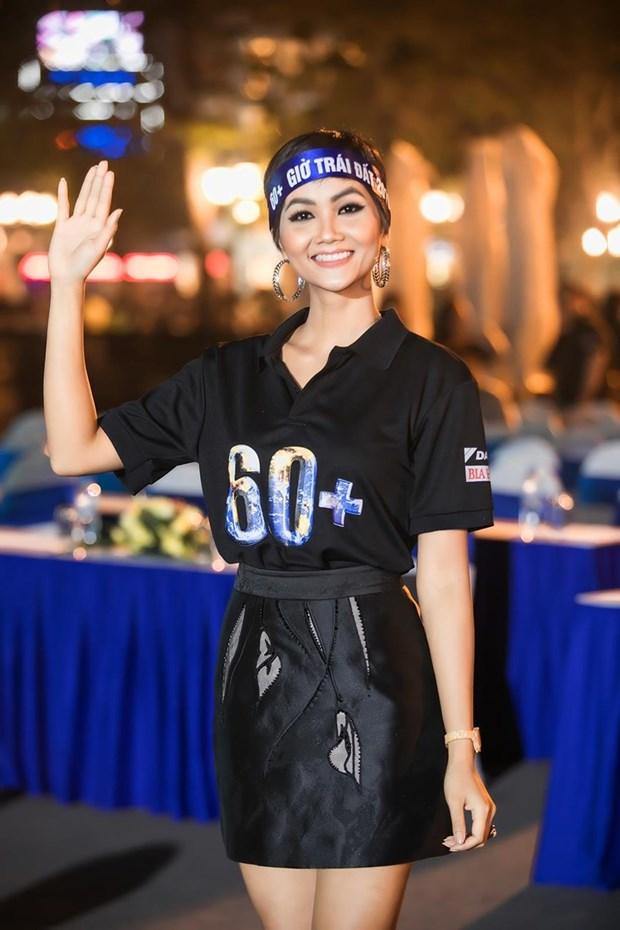 越南环球小姐赫姮尼依参与2019年地球1小时熄灯活动(组图) hinh anh 4