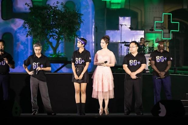 越南环球小姐赫姮尼依参与2019年地球1小时熄灯活动(组图) hinh anh 6