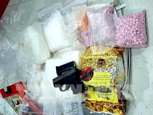 越中两国公安力量配合对跨国制造毒品案件进行进一步调查 hinh anh 1