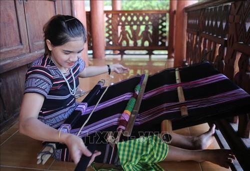 赫耶族同胞传统织锦手工业列入国家非物质文化遗产名单 hinh anh 2