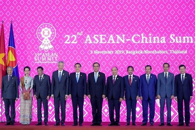 阮春福出席第22次东盟—中国领导人会议 hinh anh 1