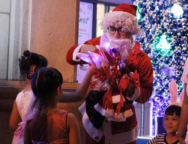 扮圣诞老人给小朋友送礼物的服务广受欢迎 hinh anh 2