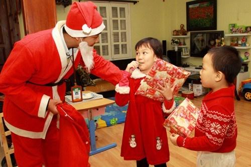 扮圣诞老人给小朋友送礼物的服务广受欢迎 hinh anh 1
