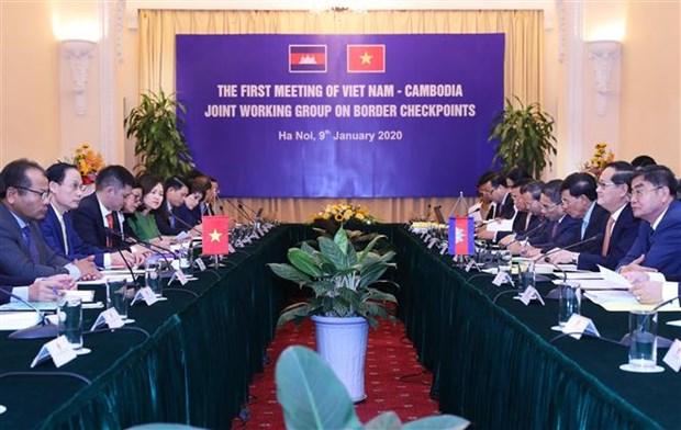 越柬陆地边境口岸混合工作组第一轮会议在河内召开 hinh anh 1