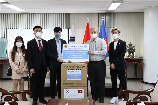 越南驻韩国大使馆向旅居韩国越南人赠送2.5万只口罩 hinh anh 1