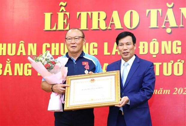 越南国家男子足球队主教练朴恒绪荣获二级劳动勋章 hinh anh 1