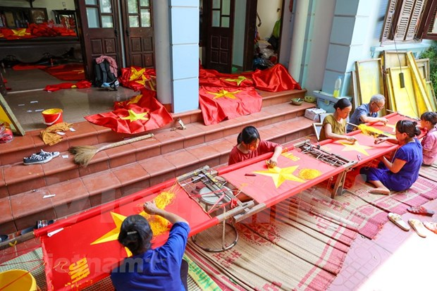 组图:九•二国庆节前夕 一家三代人忙着生产手绣国旗 hinh anh 1