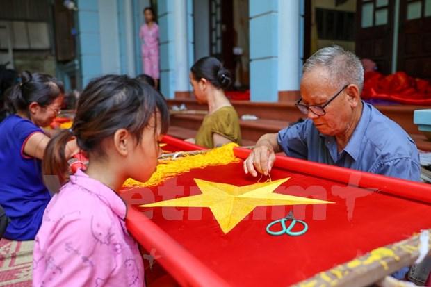 组图:九•二国庆节前夕 一家三代人忙着生产手绣国旗 hinh anh 9