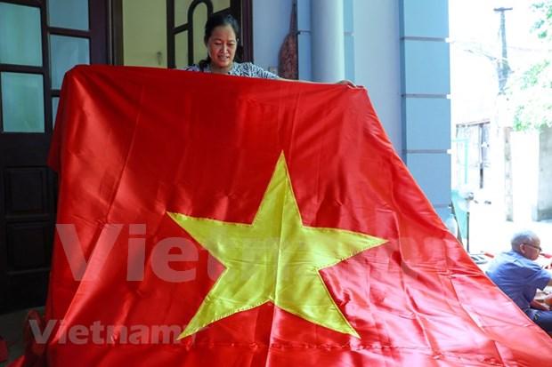 组图:九•二国庆节前夕 一家三代人忙着生产手绣国旗 hinh anh 8