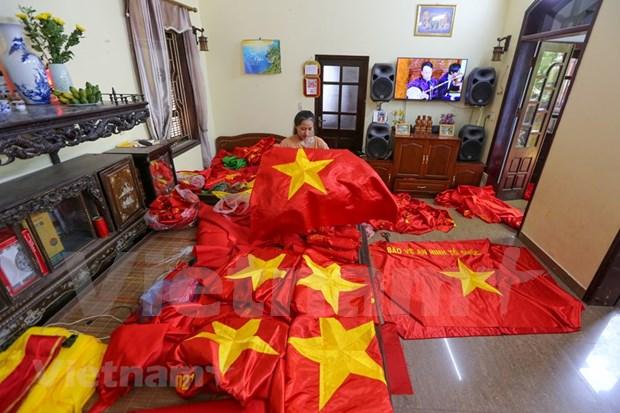 组图:九•二国庆节前夕 一家三代人忙着生产手绣国旗 hinh anh 10