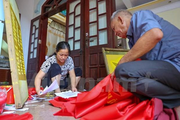 组图:九•二国庆节前夕 一家三代人忙着生产手绣国旗 hinh anh 2