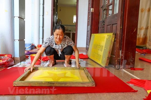 组图:九•二国庆节前夕 一家三代人忙着生产手绣国旗 hinh anh 3
