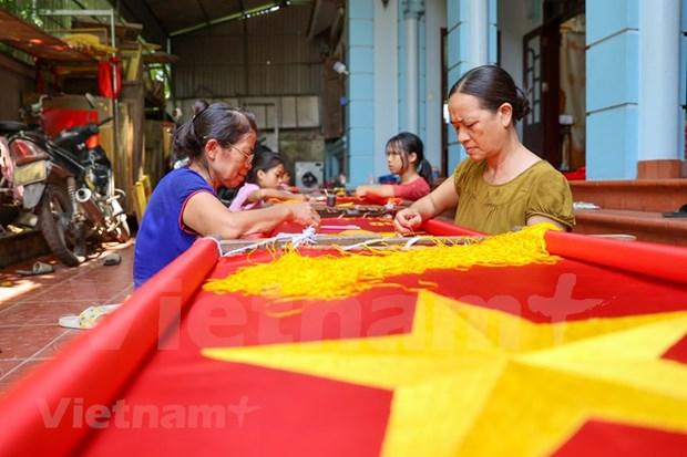 组图:九•二国庆节前夕 一家三代人忙着生产手绣国旗 hinh anh 5
