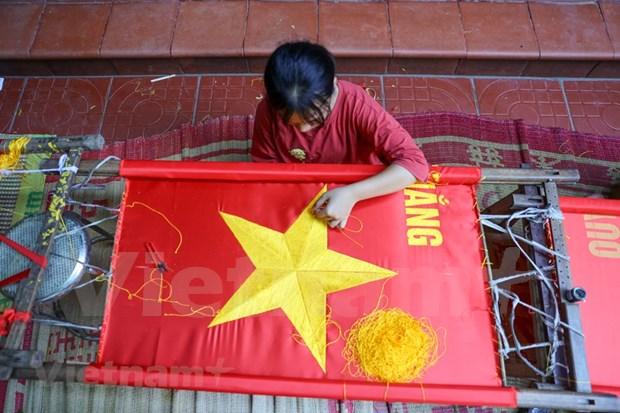 组图:九•二国庆节前夕 一家三代人忙着生产手绣国旗 hinh anh 6