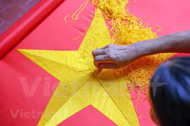 组图:九•二国庆节前夕 一家三代人忙着生产手绣国旗 hinh anh 7