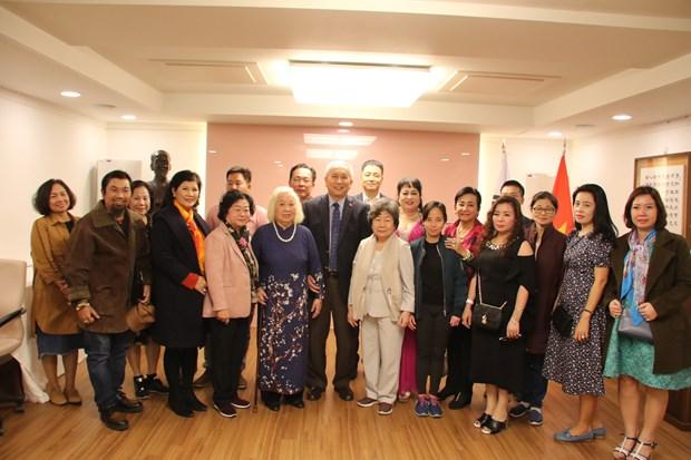 原越南国家副主席张美华走访越南驻韩国大使馆 hinh anh 2