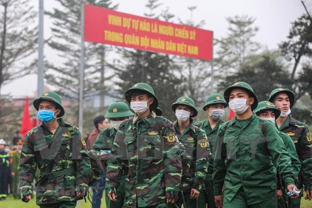 组图:首都河内新兵带着口罩奔赴军营 hinh anh 1