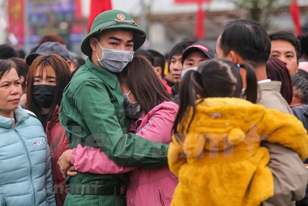 组图:首都河内新兵带着口罩奔赴军营 hinh anh 10