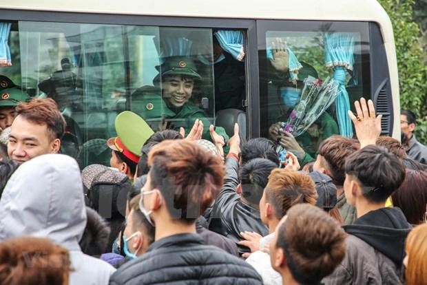组图:首都河内新兵带着口罩奔赴军营 hinh anh 13