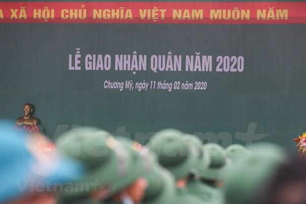 组图:首都河内新兵带着口罩奔赴军营 hinh anh 2