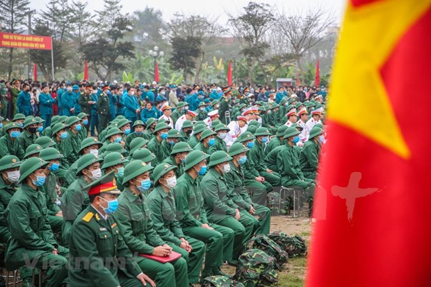 组图:首都河内新兵带着口罩奔赴军营 hinh anh 3