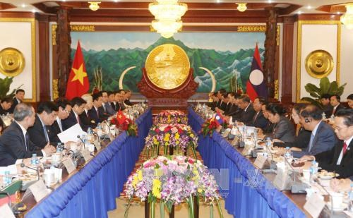 越共中央总书记阮富仲与老挝人民革命党中央委员会总书记、国家主席本扬举行会谈 hinh anh 1