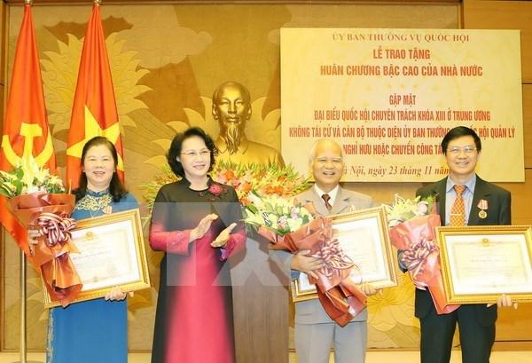 越南国会向不再参选的代表授予勋章 hinh anh 1