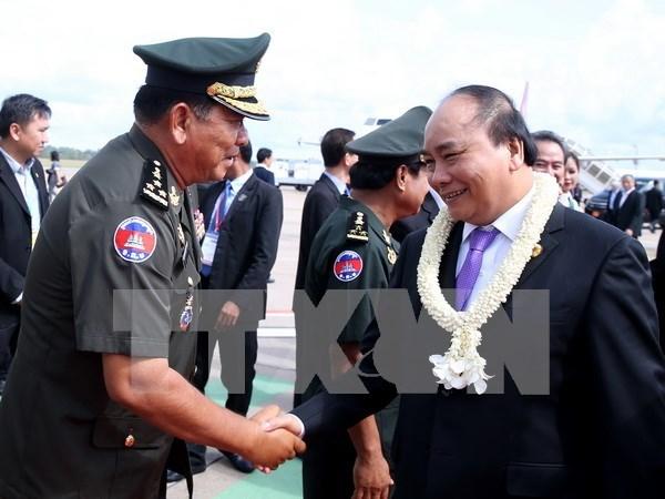 越南政府总理阮春福结束出席第九届柬老越发展三角区峰会回到河内 hinh anh 1
