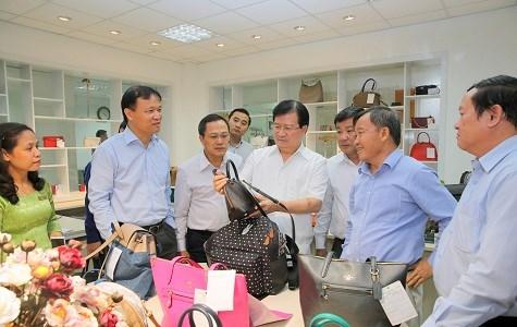 郑廷勇副总理:政府继续对皮革、鞋类和箱包产业的相关政策进行调整 hinh anh 1