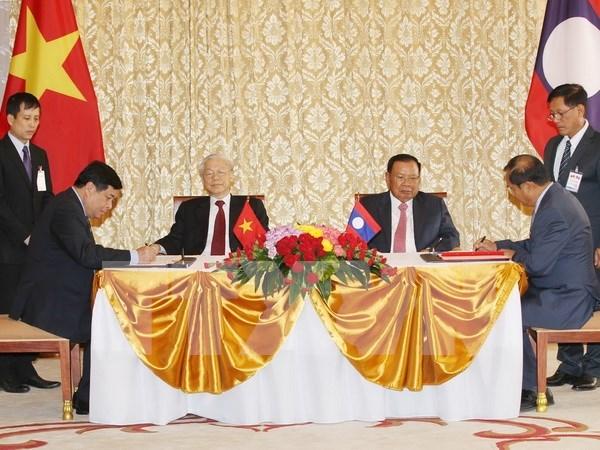 越南与老挝发表联合声明 强调进一步加强各领域的合作 hinh anh 1