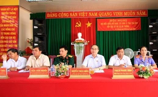 越南祖国阵线中央委员会主席阮善仁会见茶荣省选民 hinh anh 1
