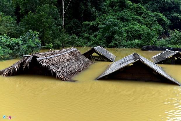 越南政府发放物资帮助台风灾区民众开展灾后清理整修复产工作 hinh anh 1