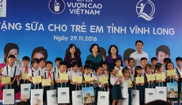 越南国家副主席邓氏玉盛参加向永隆省儿童赠送牛奶活动 hinh anh 1