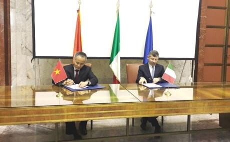 越南和意大利签署经济合作纪要 hinh anh 1