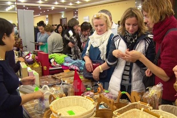 越南参加在斯洛伐克举行的圣诞慈善义卖活动 hinh anh 1