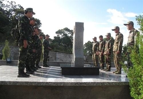 越南山罗省与老挝琅勃拉邦省举行军事外交定期会晤 hinh anh 1