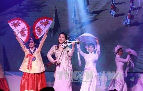 越韩文化贸易交流活动在胡志明市开幕 hinh anh 1
