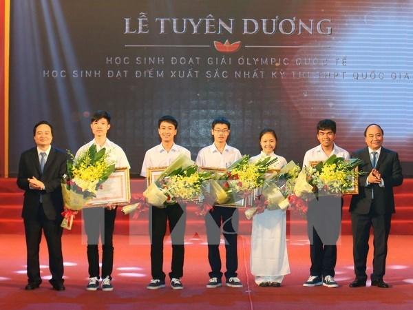 阮春福总理出席成绩优异学生表彰大会 hinh anh 1